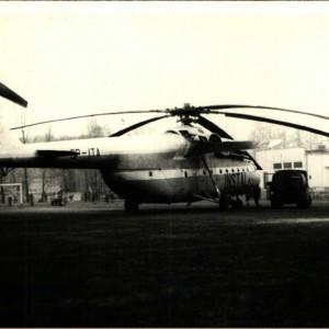 Wielki śmigłowiec transportowy Mi-6  nad Pruszkowem