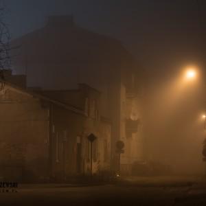 Pruszków spowity wieczorną mgłą